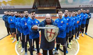 Jugadores y técnicos del Aspil-Jumpers Ribera Navarra Fútbol Sala, sobre la pista del Ciudad de Tudela donde hoy, a partir de las 18.30 horas, se celebrará el partido ante el Peñíscola.