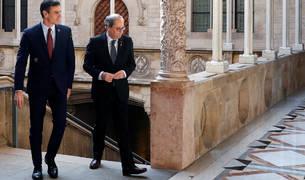 El presidente catalán, Quim Torra, y el presidente del Gobierno, Pedro Sánchez, conversan en el Palau de la Generalitat.