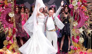 Francis Montesinos, rodeado de modelos en una pasarela llena de color, saluda en  uno de los numerosos desfiles que ha realizado a lo largo de su trayectoria profesional.