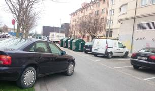 Un coche sin el freno de mano bien puesto invade la calzada en Berriozar