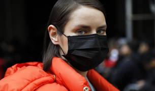 Foto de una mujer con una mascarilla, en el desfile de de Michael Kors en la 'Fashion Week' de Nueva York.