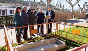 Representantes forales y municipales observan los restos arqueológicos encontrados en los trabajos.