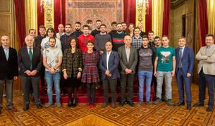 foto de Chivite y el resto de autoridades junto a los participantes en el Campus de Jóvenes Cooperativistas de Navarra