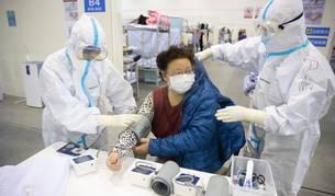 Personal médico atiende a un paciente de coronavirus en un hospital en la ciudad china de Wuhan.