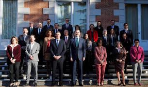 El rey Felipe VI (c) junto con el presidente del Gobierno, Pedro Sánchez (3i) y sus ministros posan para la foto de familia del Consejo de Ministros celebrado en el Palacio de la Zarzuela presidido por el rey este martes.