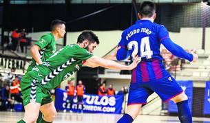El cierre de Irurtzun y capitán de Osasuna Magna, Roberto Martil, trata de frenar a Pedro Toro, del Levante.