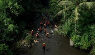 Mueren al menos ocho niños arrastrados por una riada en la isla indonesia de Java