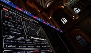 Un panel informativo muestra la evolución del IBEX 35 en el Palacio de la Bolsa en Madrid, este lunes.