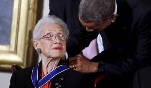 Foto de Katherine Johnson cuando recibió, de manos de Barack Obama, la Medalla Presidencial a la Libertad en 2015.