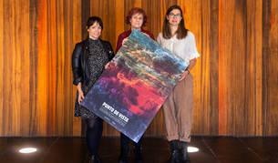 Teresa Morales de Álava, la consejera Esnaola y Garbiñe Ortega posan con el cartel del festival.
