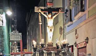 Foto de la procesión del Cristo Alzado, a su paso por la calle Compañía en Pamplona.