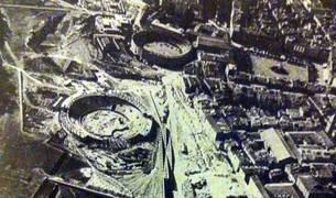 foto de Foto antigua en la que se ven dos plazas de toros en Pamplona, una en construcción