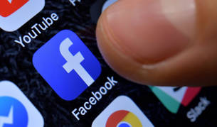 foto de Una persona accede a la red social Facebook a través de la aplicación del móvil.