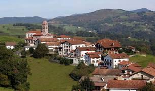 Panorámica del pueblo de Ziga, tras la restauración a la que fue sometida su icónica parroquia.