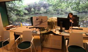 Foto de una empleada de Caja Rural de Navarra, en la oficina de la calle Iturrama.