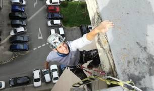 Iker Madoz Campistegui, este viernes tras acabar de trabajar en una de las fachadas de la avenida del Ejército en Pamplona.