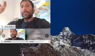 El montañero Álex Txikon  muestra una imagen de su ascensión al Everest durante la conferencia organizada el martes por el Montañero.