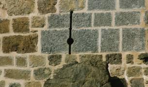 Vista de una saetera en la parte baja de la Torre de Donamaría