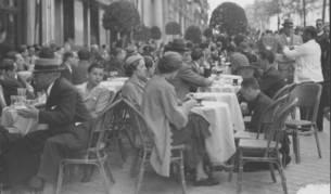 Imagen de una terraza de Madrid durante el Primero de Mayo de 1935. ABC