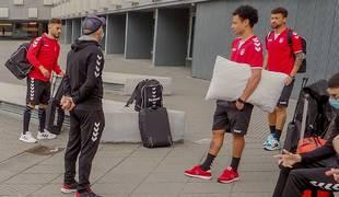 El segundo entrenador de Osasuna Magna, Miguel Hernández, habla con Rafa Usín, Araça y Juninho antes de emprender este lunes el viaje a Málaga.