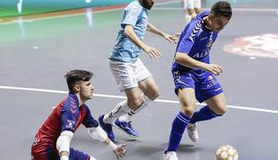 Juanan, del Viña Albali Valdepeñas, controla el balón en presencia de Asier y Roberto Martil, de Osasuna Magna.