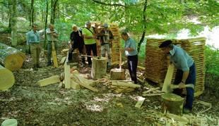 Foto de un rincón de la Selva de Irati, reconvertido en un espacio de elaboración artesanal de tablillas de madera.