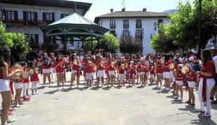 Foto de la Escuela de Trikitrixa de Lesaka, en el alarde del 6 de julio de 2019.