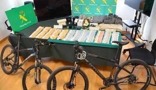 Dinero recuperado y objetos comprados por los detenidos.