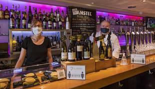 Bar Restaurante Florida. Los hermanos Laura y Jorge Ruiz Luzuriaga en la barra del establecimiento. Para este viernes tenían 200 reservas, finalmente servirán a 50.