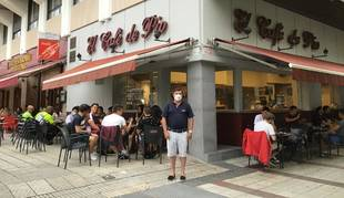 David Parras Tabiro frente a la entrada de El Café de Pío, lugar de referencia para los universitarios.
