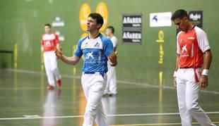 Jokin Altuna y Mikel Urrutikoetxea, en un lance del partido del domingo en Bera.