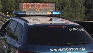 Foto de un coche de los Mossos d'Esquadra en un accidente.