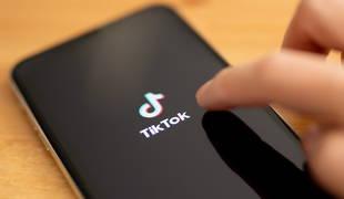 Imagen de una persona usando TikTok en su móvil.