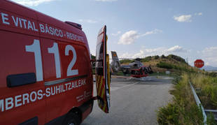 Ambulancia y helicóptero medicalizado de los bomberos de Navarra.