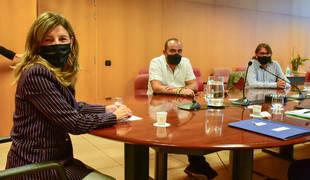 La ministra de Trabajo, Yolanda Díaz, posa a la cámara durante la reunión mantenida con los sindicatos, en Barcelona.