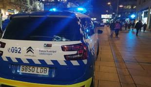 Un coche de la Policía Municipal de Pamplona patrulla en la avenida de Carlos III.