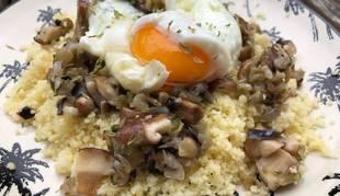 Este cuscús con hongos es una de las tres recetas de hoy con huevo escalfado