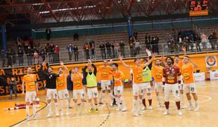 ALEGRÍA MÁXIMA Los jugadores del Aspil-Jumpers Ribera Navarra celebran sobre la pista el triunfo que les saca de la zona roja de la tabla.