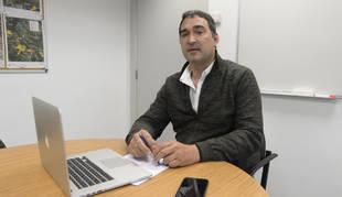 Alberto Guerendiáin en la sala de reuniones de la explotación en Caparroso.