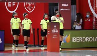 El equipo arbitral de la final, compuesto por cuatro colegiadas por primera vez: Sara Gutiérrez, la navarra Leticia Romero (segunda por la izquierda), Lydia Guillem y Lidia Crespo. Además, la cronometradora también era una mujer, Marta Hernández.