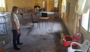 Ignacio del Río Rodríguez, del bar Carranza, mira los restos de agua que aún quedaban ayer.