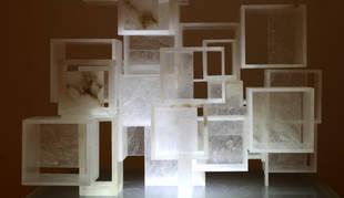 Escultura de alabastro del artista Javier Soto que forma parte de la exposición La elegancia del arte en la expresión abstracta.