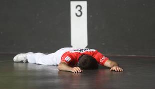 José Javier Zabaleta, en el suelo del frontón Uranzu después de uno de los tantos del partido de ayer contra  Rezusta.
