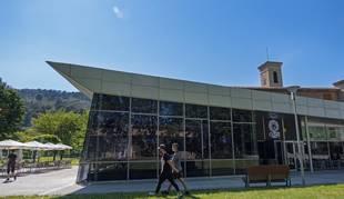 El centro cultural Los Llanos, complejo donde se ubican las salas de cine y el bar cafetería.
