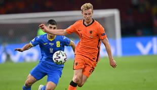 Frenkie de Jong (R) de los Países Bajos en acción contra Ruslan Malinovskyi de Ucrania, durante el partido.