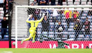 David Marshall intenta evitar el segundo gol de la República Checa, anotado por Schick desde el centro del campo.