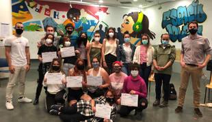 Grupo de jóvenes participantes en el curso de lengua de signos.