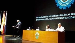 Carlos Eransus, jefe de policía de Barañáin, en su intervención. Sentados, la alcaldesa, María Lecumberri, y el concejal de seguridad ciudadana, Pablo Arcelus.