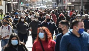 El uso obligatorio de las mascarillas en exteriores tiene los días contados, a tenor del anuncio de ayer del presidente Sánchez.