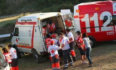 Una ambulancia evacua a uno de los trasladados